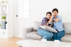 Jeunes amis féminins élégants regardant la TV ensemble Photographie stock libre de droits