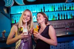 Jeunes amis féminins appréciant à la boîte de nuit Images libres de droits