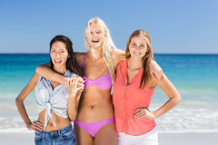 Jeunes amis féminins appréciant sur la plage Photos libres de droits