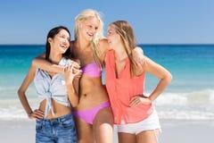 Jeunes amis féminins appréciant sur la plage Images libres de droits