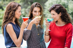 Jeunes amis féminins buvant le cocktail Photographie stock libre de droits