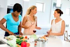 Jeunes amis féminins dans la cuisine Image stock