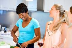 Jeunes amis féminins dans la cuisine Images stock