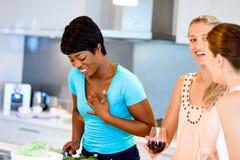 Jeunes amis féminins dans la cuisine Photos libres de droits