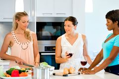 Jeunes amis féminins dans la cuisine Photographie stock libre de droits