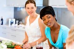 Jeunes amis féminins dans la cuisine Photographie stock