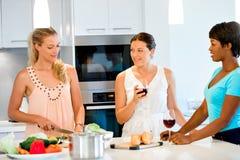 Jeunes amis féminins dans la cuisine Photos stock