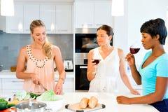 Jeunes amis féminins dans la cuisine Photo stock