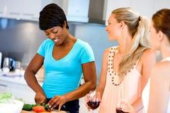 Jeunes amis féminins dans la cuisine Photo libre de droits