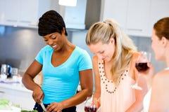 Jeunes amis féminins dans la cuisine Images libres de droits