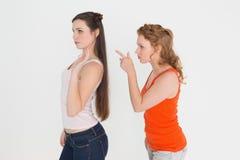 Jeunes amis féminins fâchés ayant un argument image libre de droits