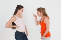 Jeunes amis féminins fâchés ayant un argument photo stock