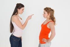 Jeunes amis féminins fâchés ayant un argument Photo libre de droits