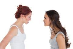 Jeunes amis féminins fâchés ayant un argument Images stock