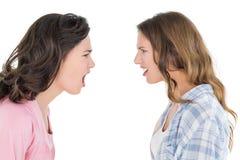 Jeunes amis féminins fâchés ayant un argument photographie stock