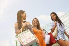 Jeunes amis féminins faisant des achats dans la ville Images libres de droits