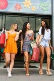 Jeunes amis féminins faisant des achats dans la ville Image stock