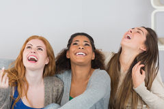 Jeunes amis féminins gais riant à la maison Photographie stock