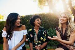 Jeunes amis féminins heureux à la partie d'extérieur Image stock