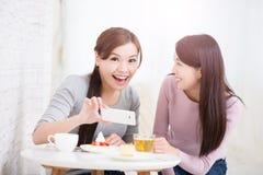 Jeunes amis féminins heureux Images stock