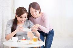 Jeunes amis féminins heureux Photographie stock libre de droits