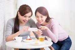 Jeunes amis féminins heureux Image stock