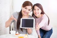 Jeunes amis féminins heureux Photos libres de droits