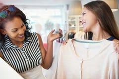 Jeunes amis féminins heureux choisissant un vêtement Images libres de droits