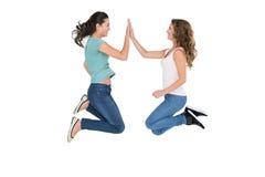Jeunes amis féminins heureux jouant le jeu de applaudissement Photographie stock libre de droits
