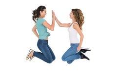 Jeunes amis féminins jouant le jeu de applaudissement Image stock