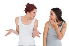 Jeunes amis féminins malheureux ayant un argument Images libres de droits