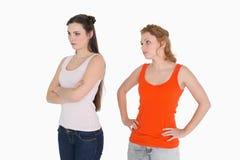 Jeunes amis féminins malheureux ne parlant pas après argument Photo stock