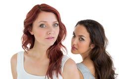 Jeunes amis féminins malheureux ne parlant pas après argument Photographie stock libre de droits