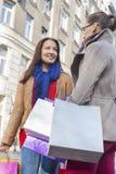 Jeunes amis féminins portant des paniers dehors Image libre de droits