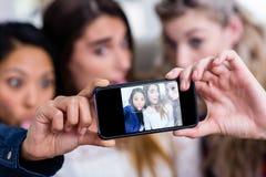 Jeunes amis féminins prenant le selfie Images stock