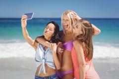 Jeunes amis féminins prenant le selfie Photos stock