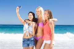 Jeunes amis féminins prenant le selfie Image stock