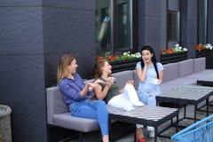 Jeunes amis féminins riant du café et du bavardage Images stock
