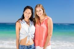 Jeunes amis féminins se tenant sur la plage Photo libre de droits