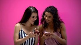 Jeunes amis f?minins causant dans les r?seaux sociaux, d?pendance d'instrument, technologies photos libres de droits
