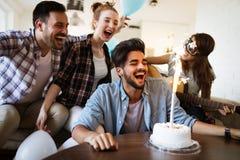 Jeunes amis gais ayant l'amusement sur la partie Photos stock