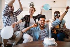Jeunes amis gais ayant l'amusement sur la partie Photographie stock libre de droits