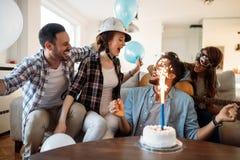 Jeunes amis gais ayant l'amusement sur la partie Image stock