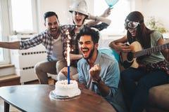 Jeunes amis gais ayant l'amusement sur la partie Images libres de droits