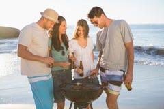 Jeunes amis gais ayant le barbecue ensemble Photo stock