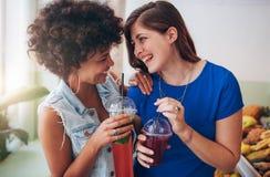 Jeunes amis gais ayant le jus frais Images stock