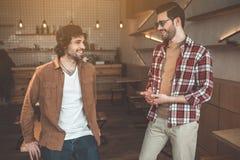 Jeunes amis gais parlant en café Photographie stock libre de droits