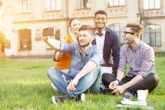 Jeunes amis gais se photographiant près de l'université Images libres de droits