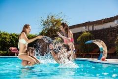 Jeunes amis gais souriant, riant, détente, nageant dans la piscine Photo libre de droits