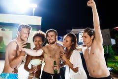 Jeunes amis gais souriant, se réjouissant, faisant le selfie, se reposant à la partie Images libres de droits